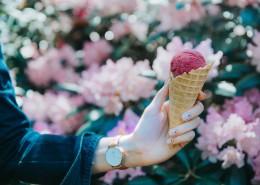 拿在手中的冰淇淋图片(10张)