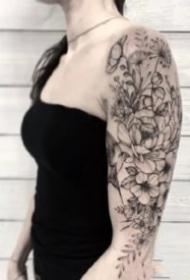 大臂素花纹身  9款女士的大臂黑灰花朵植物纹身图案