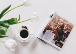 桌子上的杂志和饮料图片(12张)