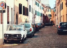 停在道路旁的汽车图片(12张)