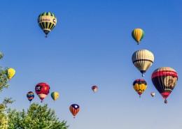 空中五颜六色的热气球图片(16张)