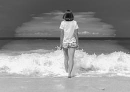 海边的美女黑白照片图片(10张)