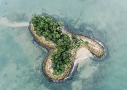 从高空中鸟瞰孤岛的图片