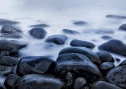 海边的黑色鹅卵石图片(1