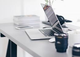 干净整洁的办公桌图片(1