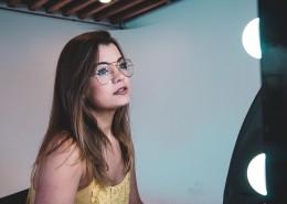 戴眼镜的女孩图片(16张)