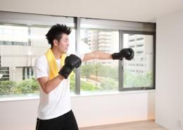 一男子戴着黑色拳套在练