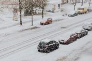 积雪道路上的汽车图片(9张)