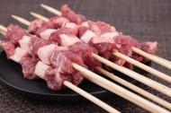 用竹签穿好的新鲜羊肉串图片(12张)