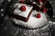 正在制作的树莓巧克力蛋糕图片(11张)