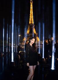 欧阳娜娜身穿黑色垫肩西装裙,可A可甜简直太美了