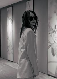 戚薇白色西装气质写真图片