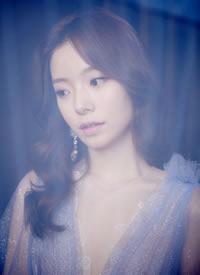 陈卓璇镭射耳环搭配蓝色星光纱裙,犹如海洋女神