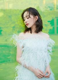 刘诗诗一袭白色羽毛短裙亮相红毯