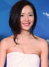 江一燕抹胸装亮相国际电影节 胸贴外露不慎走光