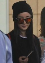 杨幂现身机场显时尚 炫彩墨镜遮面超抢眼