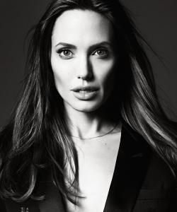 安吉丽娜·朱莉黑色西装图片