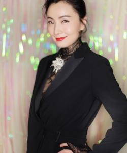 陶虹黑色风衣长裙性感红裙迷人写真图片