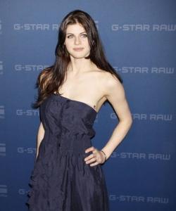 亚历珊德拉·达达里奥抹胸长裙出席活动图片