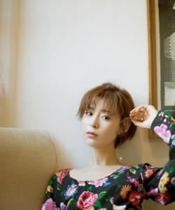 卢杉清新短发绣花长裙性感写真图片