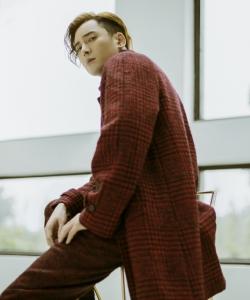 韩栋红色格子外套帅气图片