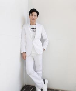 马敬涵白色西装帅气写真图片