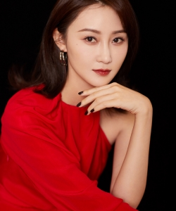 林鹏红裙性感迷人写真图片