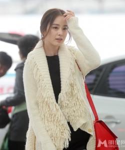 金泰希白衣现身机场 时尚青春靓丽1 金泰希图片