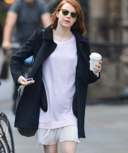 艾玛·斯通风衣白衫街拍图片