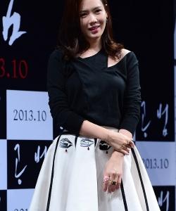 孙艺珍出席韩片《共犯》发布会 黑白短裙清纯俏皮1 孙艺珍图片