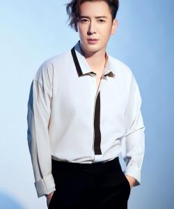 韩栋白色衬衫清爽帅气图片