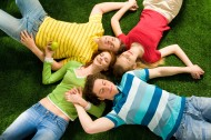 躺在草地上的年轻人图片(16张)