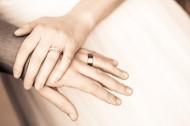 带着戒指的手的图片(15张)