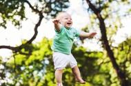 开心大笑的小男孩图片(11张)