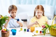 做彩蛋的可爱儿童图片(10张)