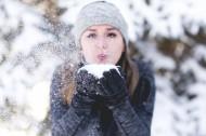 冬天戴着手套的女孩图片(11张)