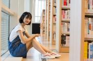 在图书馆认真阅读的女生图片(14张)