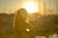 夕阳下的美女图片(12张)