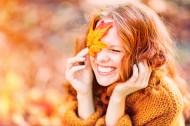 金黄色枫叶和美女图片(15张)