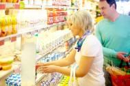 在超市购物的情侣图片(9张)