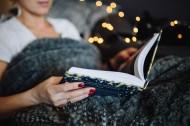 美女在床上看书的图片(11张)