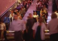 电梯、楼梯拥挤的人群图片(13张)