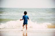 在海边玩耍的可爱儿童图片(11张)