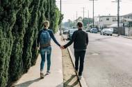 拉着手的情侣图片(10张)
