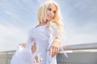 海边的金发美女图片(20张)