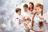 装扮圣诞树的儿童图片(9张)