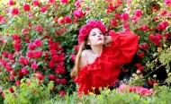 头上带着玫瑰花花圈的美女图片(13张)