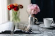 桌上的杂志和鲜艳的鲜花图片(12张)
