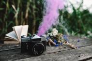 色彩斑斓的烟雾弹,书和古董相机图片(11张)