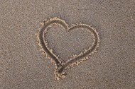 画在沙滩上的心形图片(10张)